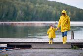 Anya és fia folyóparton sétál