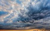 Krásné Dramatické nebe šedé mraky a západ slunce