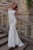 Gyönyörű menyasszony fehér esküvő kívül az Udvarház