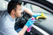Az ember az autó belső takarítás