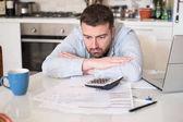 Frustrovaný muž výpočet účty a daně