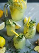Mit Zitronen Limonade trinken