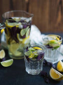 Limonade mit Zitronen, Limetten und rotem Basilikum