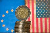 Euro mince, americké a Evropské vlajky koncept