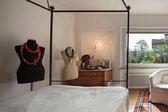 Interno, confortevole camera da letto con due manichini