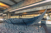 4. Dezember 2016: Alte Wikinger-Langschiff innerhalb der Viking-Shi