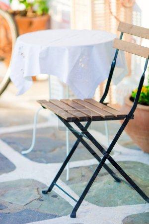 weisse tische mit stuhl im sommer