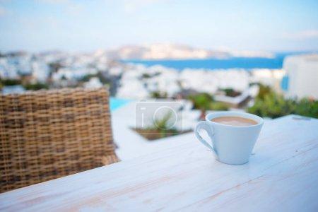kaffee auf dem tisch auf leere
