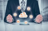 A felhő megható üzletember csatlakozik sok objektumok egy virtuális képernyő-koncepció a tárgyak internete