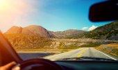 Guida di un auto sulla strada della montagna vicino al mare