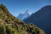Neidentifikovaný nepálského lidu na cestě do základního tábora Mount Everest. Cesta z Namche Bazar do Tengboche vesnice s Ama Dablam vrchol behide