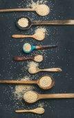 Quinoa-Samen im Löffel