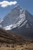 Vrchol hory Ama Dablam a turisty, oblast Everestu
