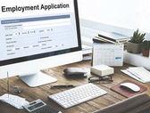 Scrivania da lavoro con forniture per ufficio, concetto di forma di accordo
