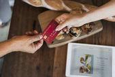 Nő így pincérnő hitelkártya