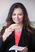 Gyönyörű barna nő eszik a tészta