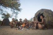 Szan busmanok családjával, ült a tűz közelében