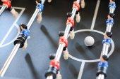 Partita di calcio tavolo con giocatori di rossi e blu