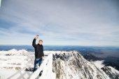 Junger Mann nehmen Selfie im Winter in der hohen Tatra. Hohe Tatra. Slowakei. Vysoke Tatry