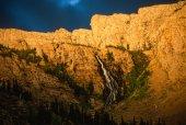 Magický západ slunce na vodopád rozsah labuť Mountain