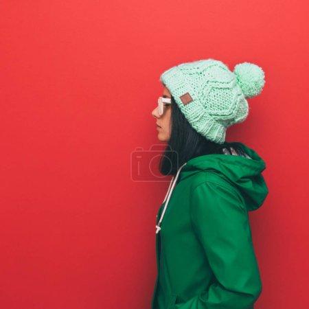 帽子和冬天的衣服的女人