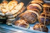 Török sütemények Pogaca és Pide at cukrászda kirakat