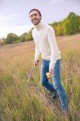 Lächelnder Mann Badminton spielen