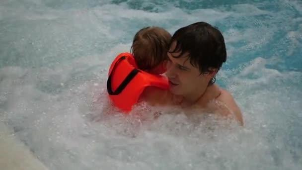 Парень купается в ванной видео фото 741-153