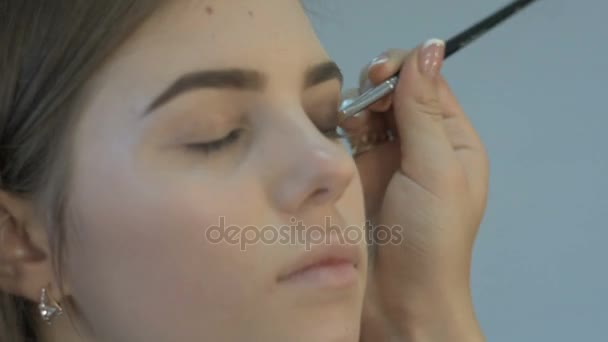 vizážistka dělá oční make-up