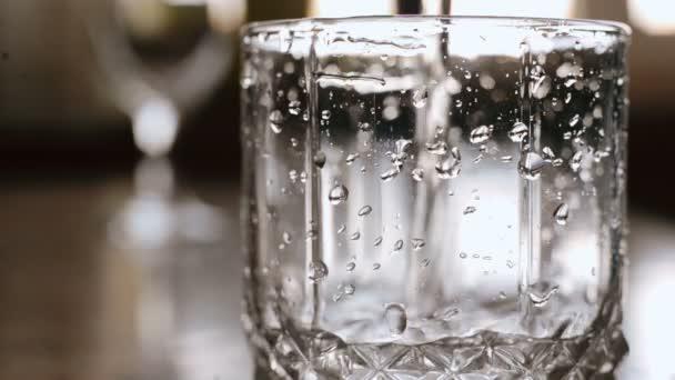 nalévání vody ve skle