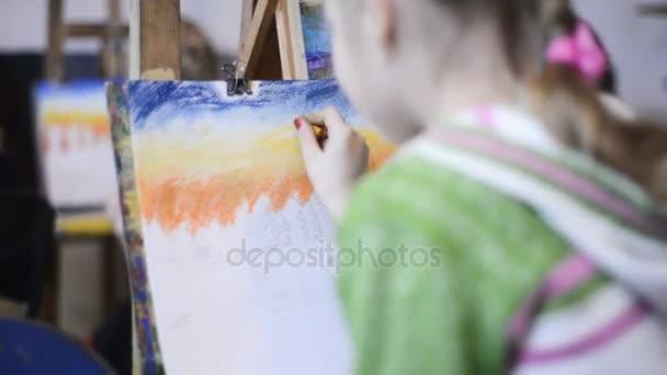 kleines Mädchen in der Klasse Zeichnung Bild