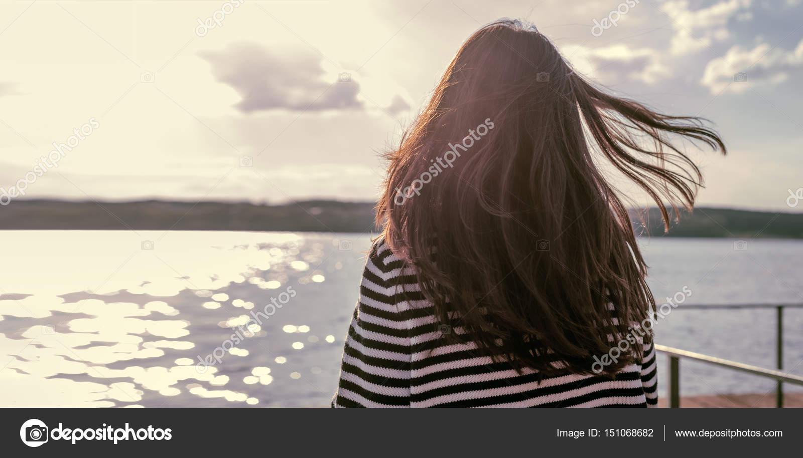 Брюнетка развлеклась в одиночестве