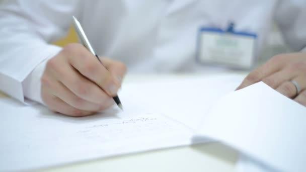 close up kaukasischen männlichen Arzt Handschrift rx Rezept