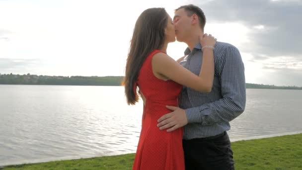 Happy, love, a pár csók, a mólón, a tó partján