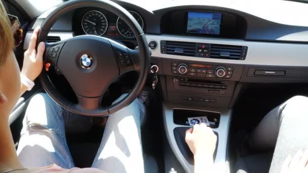 Norimberk, Německo 14 srpna 2017: žena, která řídila auto. Interiér BMW