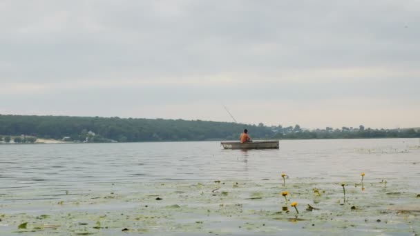 a halász, a hajó egy ember fogások a hajóról halat