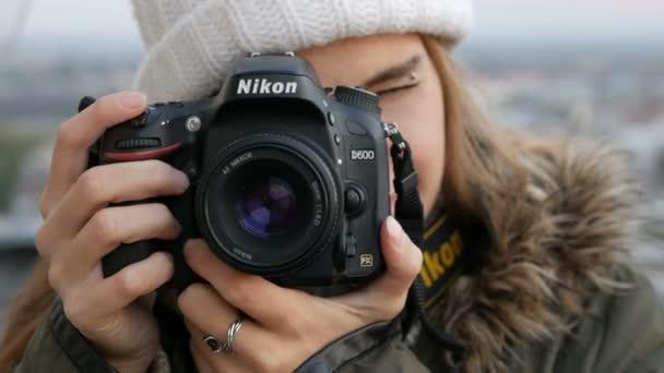 schöne junge Fotografin, die Bilder macht, legt den Fokus, die Kamera wählt den Zweck der Aufnahme, zeigt auf dem Screenshot, Fotoshooting, Mädchen mit Kamera 4k