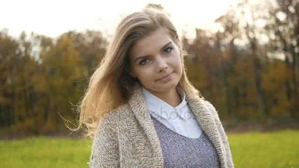 atmosphärische Mode im Freien Foto von jungen schönen Dame. Herbstfeld. Herbstlandschaft. warmer Herbst. warmes Frühjahr