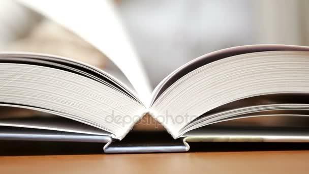 Detailní záběr záběr ženské ruky, čtení knihy interiéru