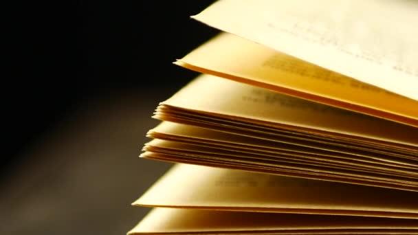 Régi könyvek egy fa polcon.