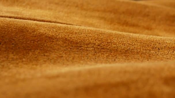 Vecchio fondo di cuoio di camoscio invecchiato. Tessitura grossolana, sfumature gialli marrone beige, vividi colori.