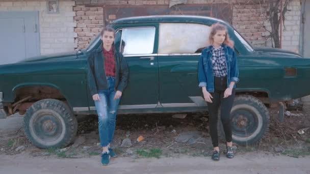 Módní portrét krásné dvě sexy žena model dívka pózuje stojící poblíž staré auto v retro stylu