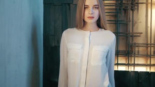 Letní životní styl módní portrét mladých krásná blondýna stylové hipster ženy nosit bílou košili a džínách
