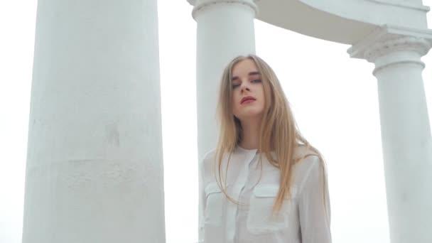 Letní životní styl módní portrét mladých krásná blondýna stylové hipster ženy nosit bílou košili