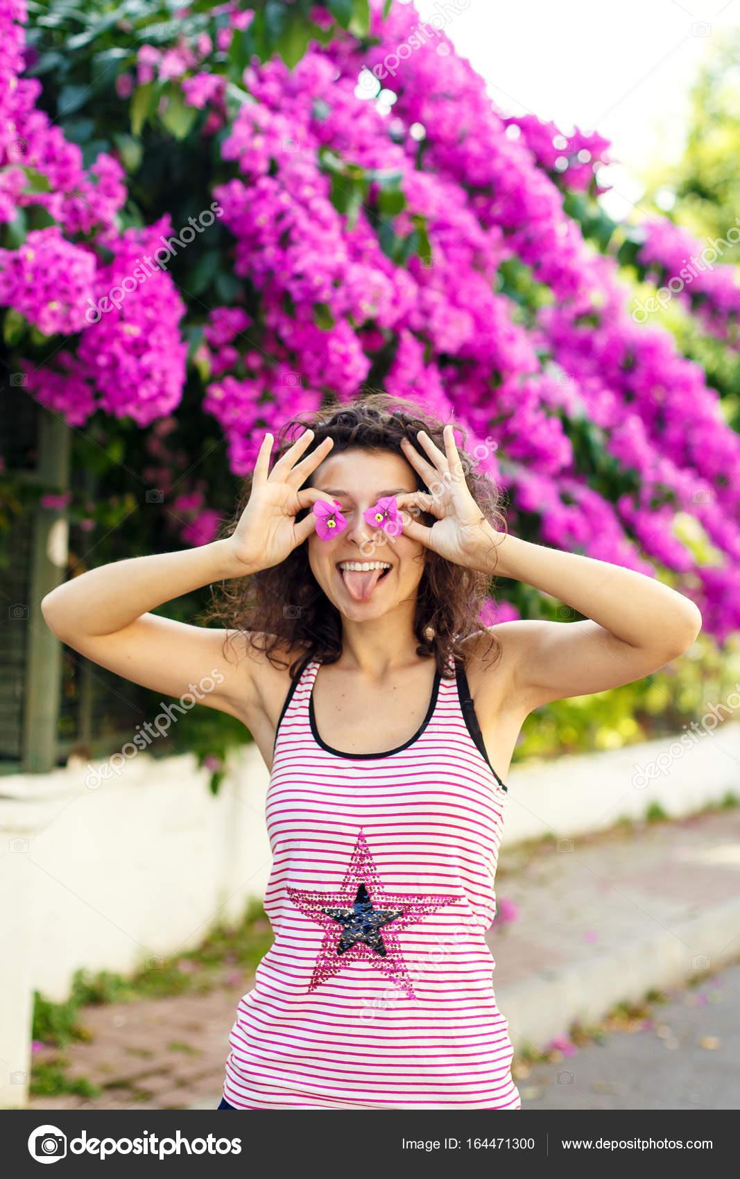 Chica de sonrisa bonito de flores de color púrpura — Fotos de Stock ...
