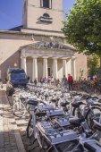 Zaparkovaná kola veřejné a univerzitní budovy v Latinské čtvrti Kodaň, Dánsko