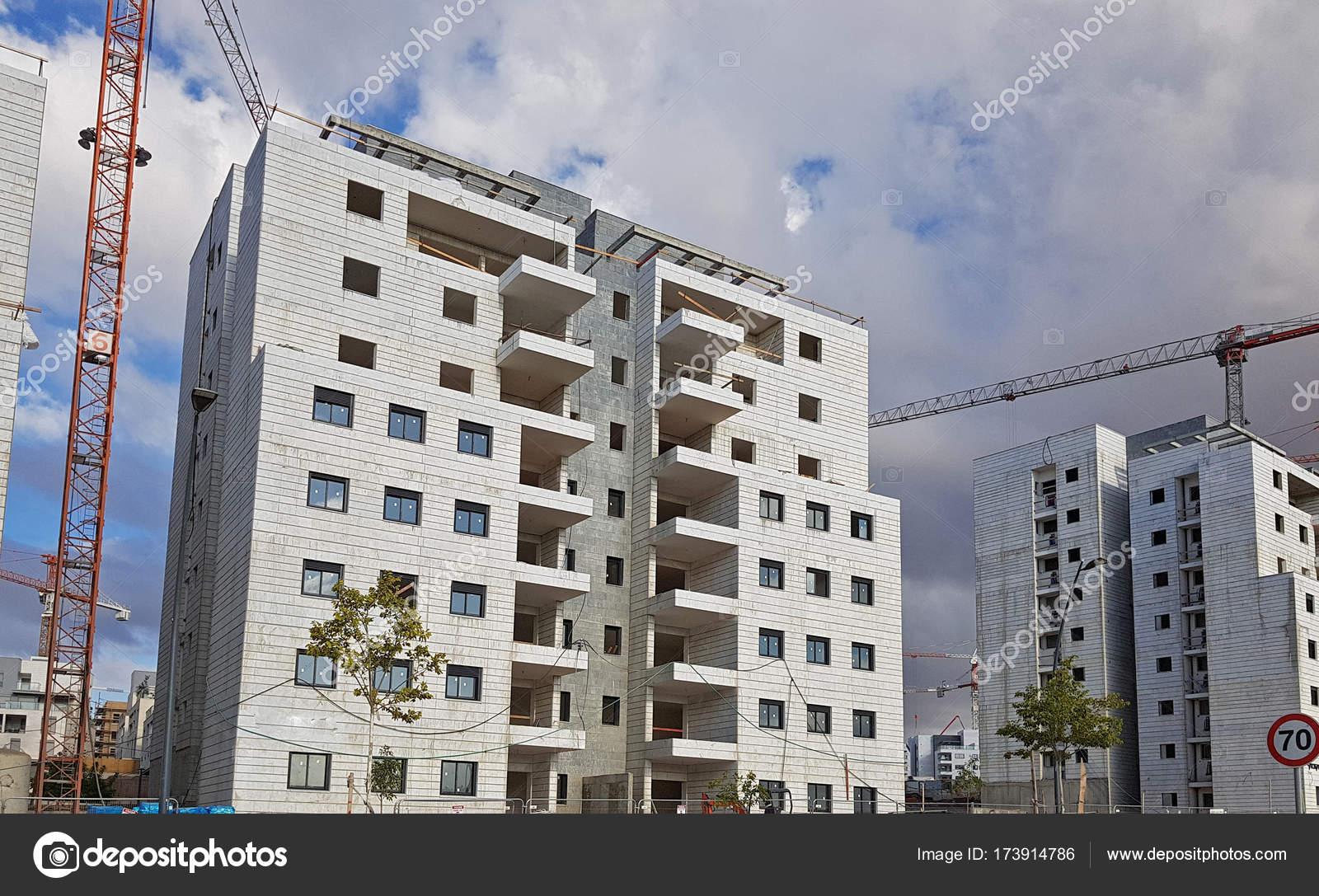 Moderne Appartementhäuser bereit für den Ausgleich. Zeitgenössische ...