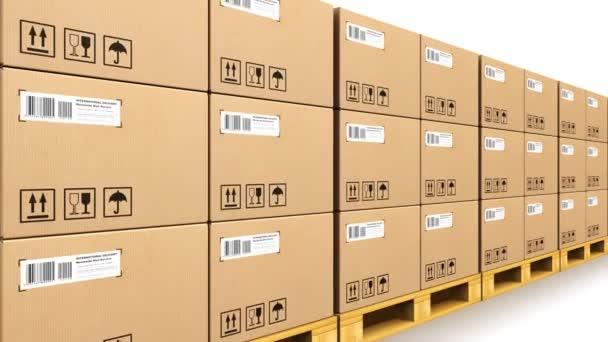Halmozott cardbaord dobozok, a hajózási raklapok