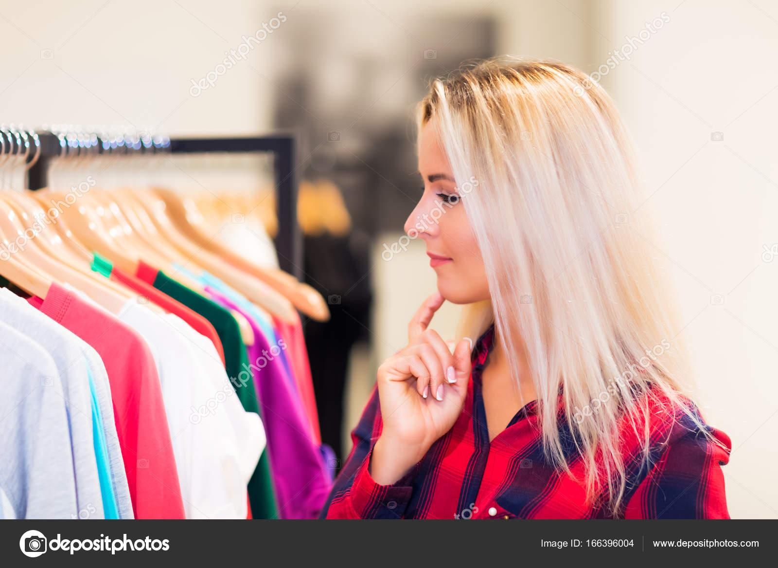 16226444b6e8 Mladá žena nakupuje v obchodě módy — Stock Fotografie © scanrail ...