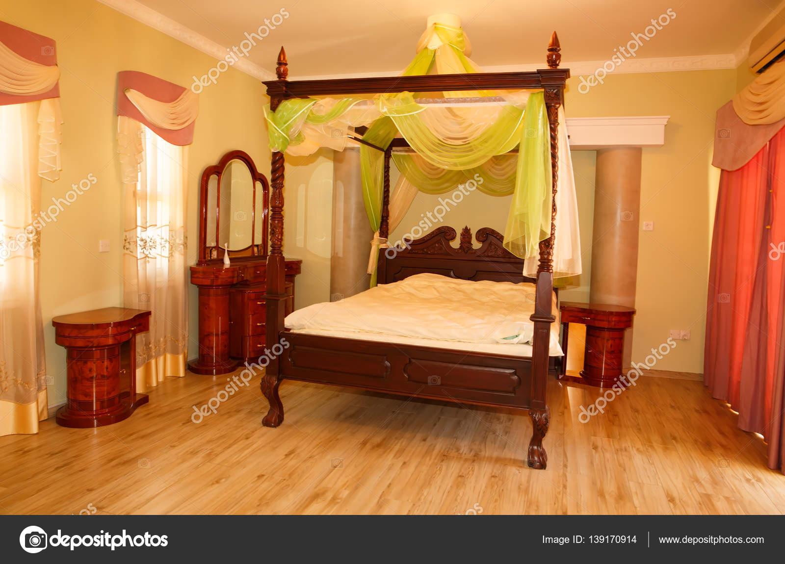 Elegante camera da letto lussuosa — Foto Stock © ruzanna #139170914